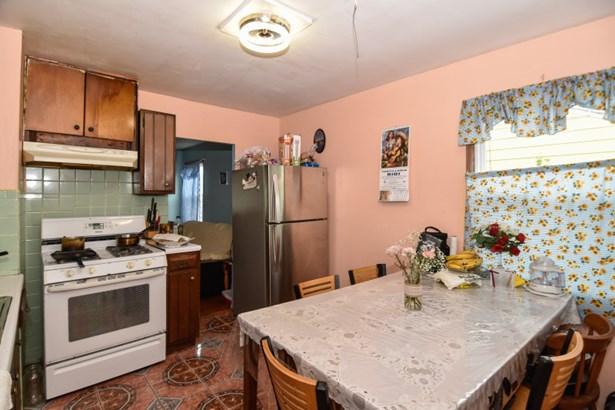 Kitchen w Ceramic Tile Floor (photo 5)