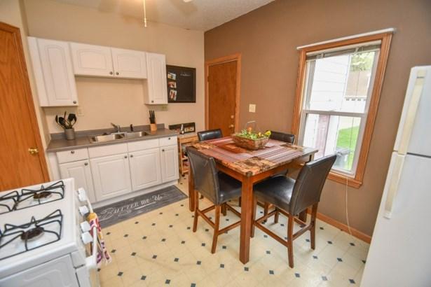 Main Floor Eat in Kitchen (photo 4)