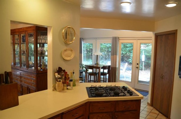 Kitchen into sun room (photo 4)