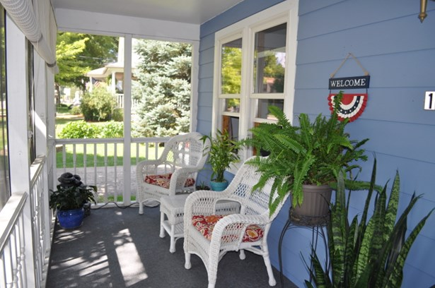 Screened in porch (photo 3)