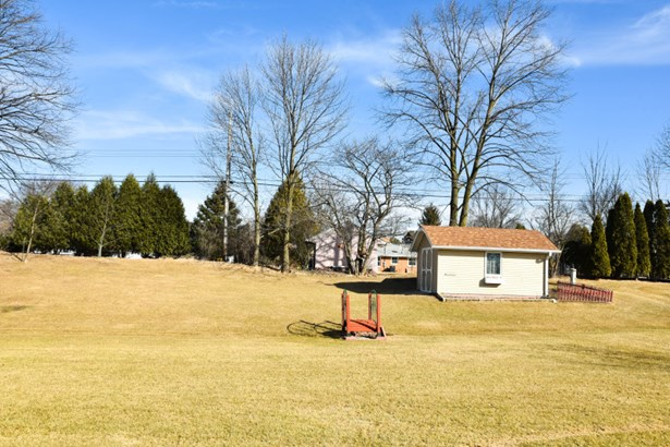 large yard  to play in (photo 3)