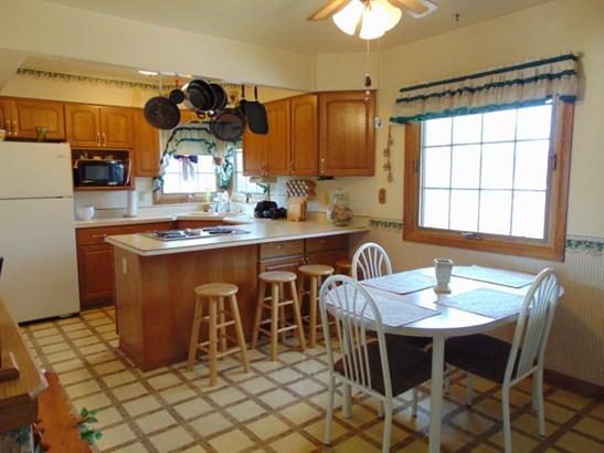 Kitchen w/ Breakfast Bar (photo 2)