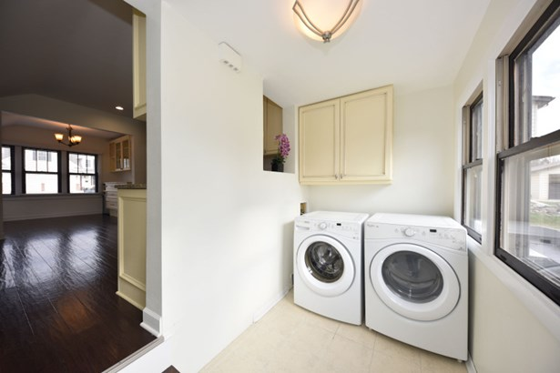 laundry/mud w/built-ins (photo 4)