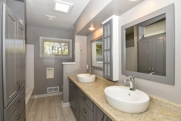 Bathroom (photo 3)