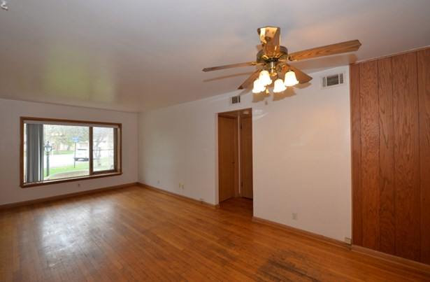 Bright living room with Hwfs (photo 2)