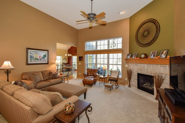 Living Room-great views (photo 2)