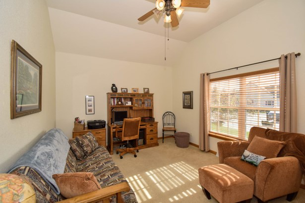 Bright and airy second bedroom (photo 5)