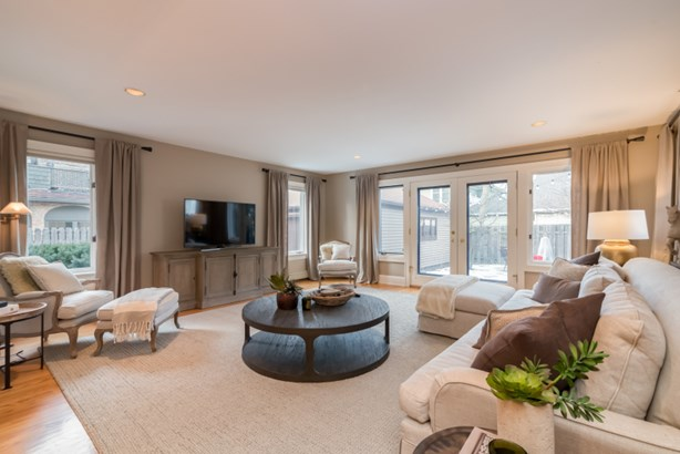 Large family room (photo 2)