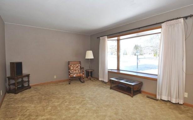 Spacious Family Room (photo 2)
