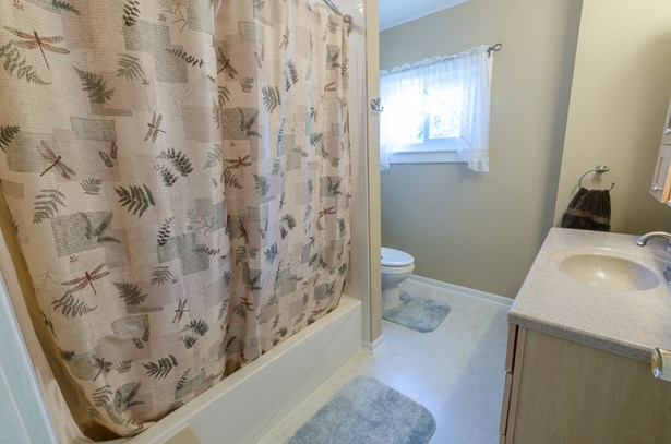 Large Bathroom (photo 5)