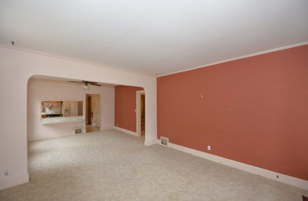 Large inviting Living Room (photo 4)