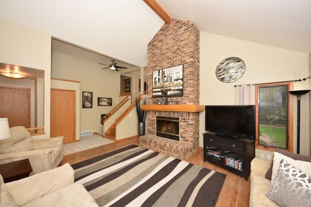Hardwood floors in living room (photo 3)