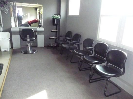 Plenty of seating (photo 5)