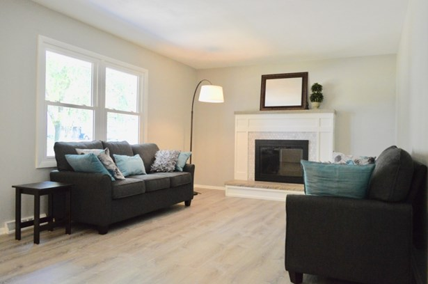 Large living room with charm (photo 3)