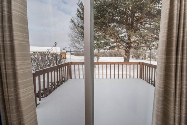 Sliding glass door to the deck (photo 5)