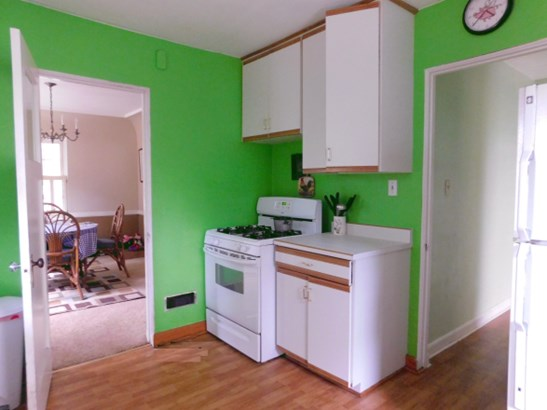 Bright and Open Kitchen (photo 4)