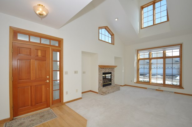 Spacious vaulted living room (photo 3)