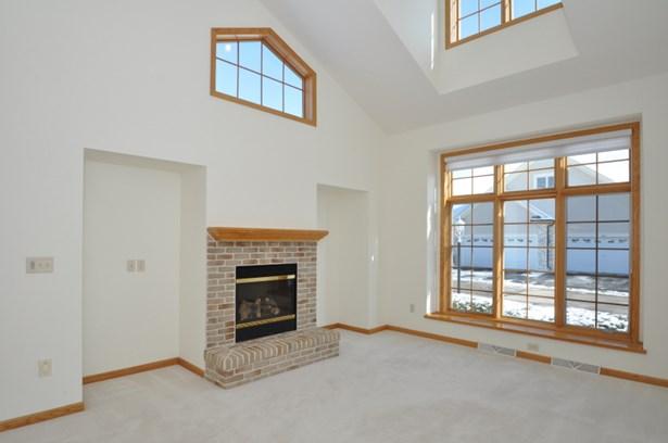 Gas fireplace, lots of windows (photo 4)