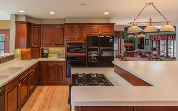 Spacious Kitchen with Island (photo 5)