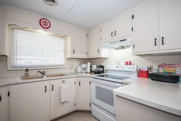 Cheery, Efficient Kitchen (photo 5)