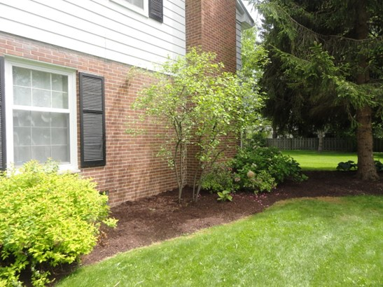 FRESHLY MULCHED LANDSCAPING (photo 4)