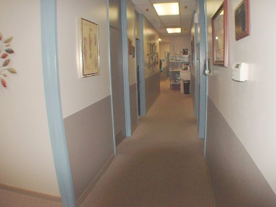 Hallway between rooms (photo 3)