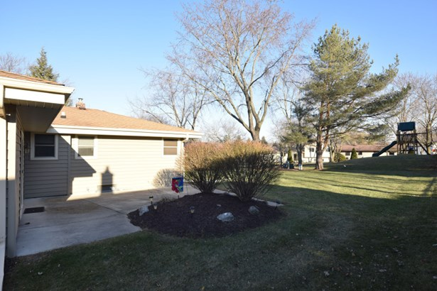 Lovely Patio w/Flower Beds (photo 2)