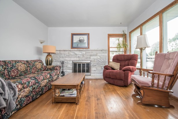 Living Room w/ Nat Fireplace (photo 2)