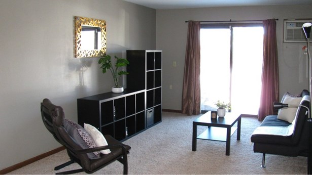 Filled with light Living room! (photo 4)