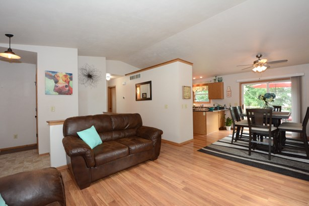 Laminate Flooring Living Space (photo 3)