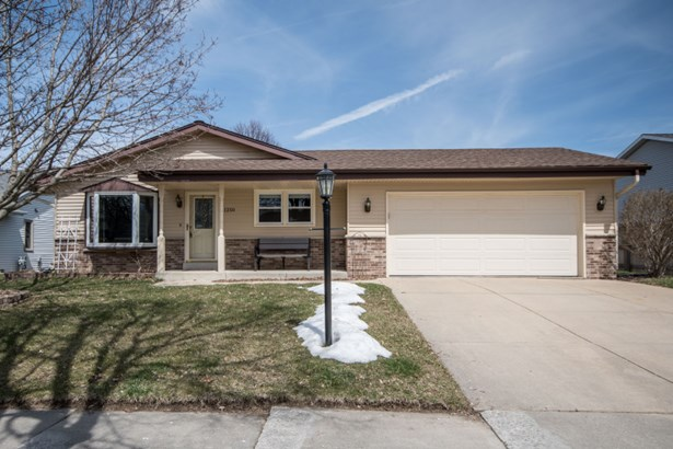 Great curb appeal! (photo 2)