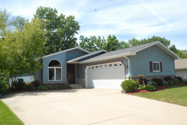 Beautifully updated ranch! (photo 1)