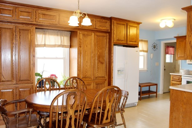 Dining Area & Kitchen (photo 4)