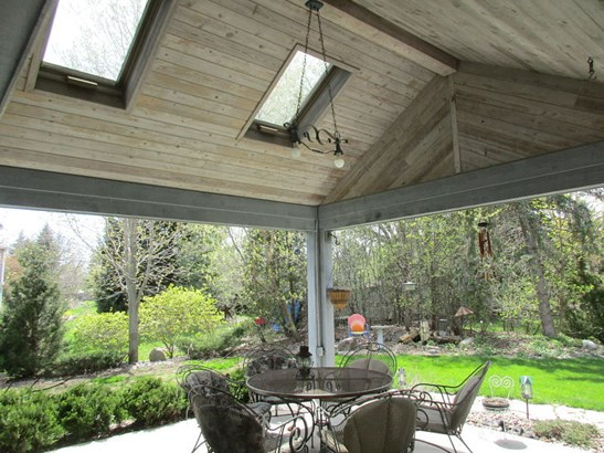 Covered Patio with skylights (photo 2)