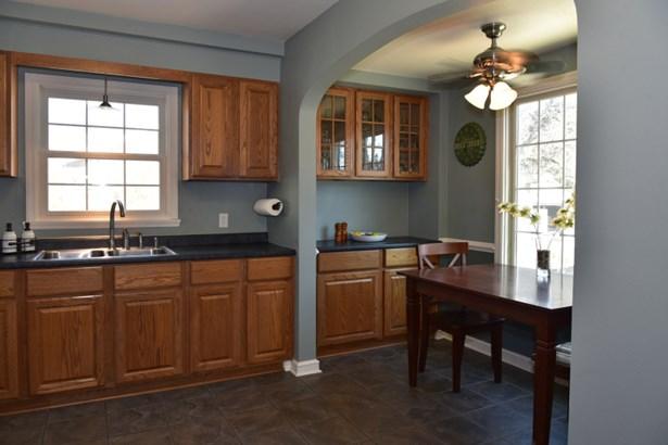 Warm, Spacious Kitchen (photo 4)