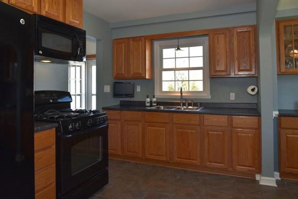 Spacious & Bright Kitchen (photo 5)