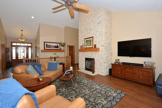 Floor-to-Ceiling Gas Fireplace (photo 4)