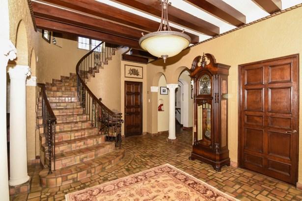 Phenomenal Foyer (photo 3)