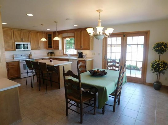 Kitchen/dining area (photo 4)