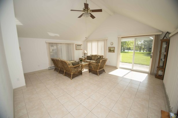 Great room w/vaulted ceilings (photo 4)