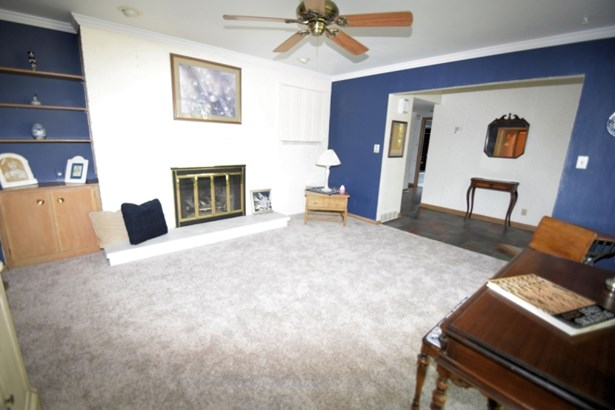 Living room with new carpet (photo 2)