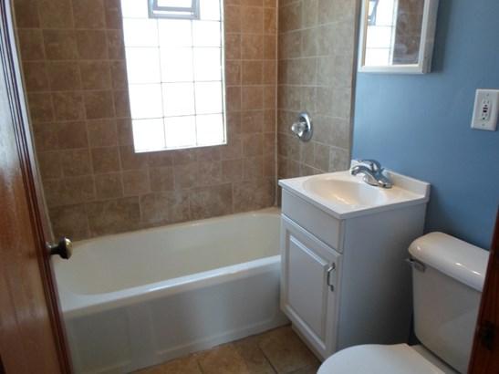 Bathroom upper (photo 5)