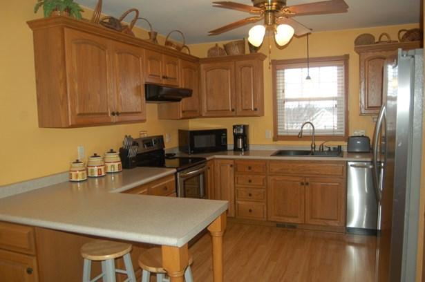 kitchen w/ SS appliances(1306) (photo 5)