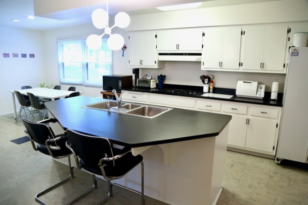 Kitchen w/ Island (photo 3)