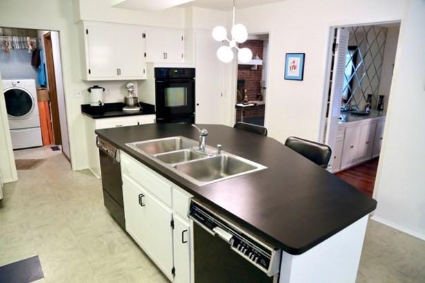 Kitchen w/ 2 dishwashers (photo 4)
