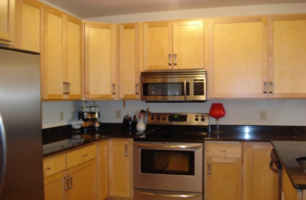 Kitchen with ample cabinets (photo 2)