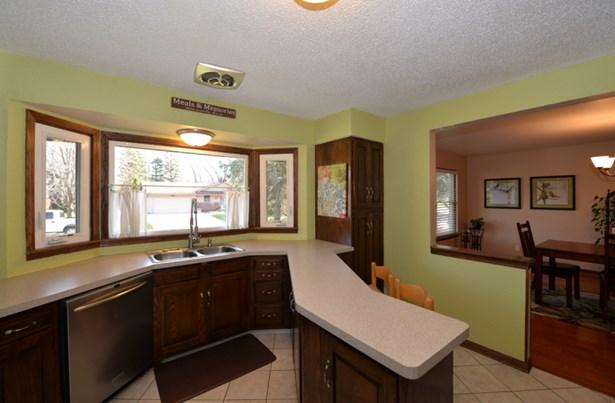 Spacious kitchen (photo 2)