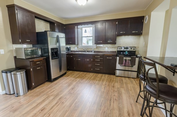 Beautiful updated kitchen (photo 2)