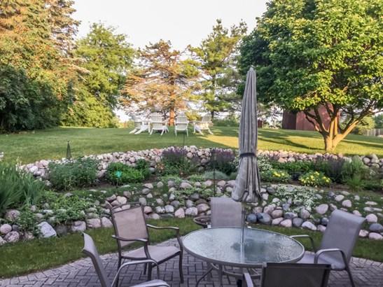 Gorgeously landscaped backyard (photo 3)