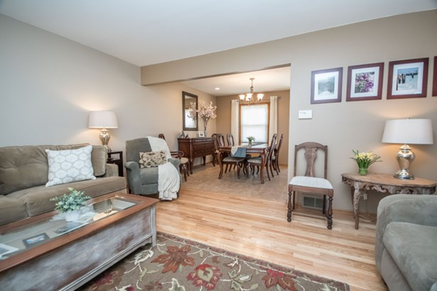Living room w/ hardwood floors (photo 5)
